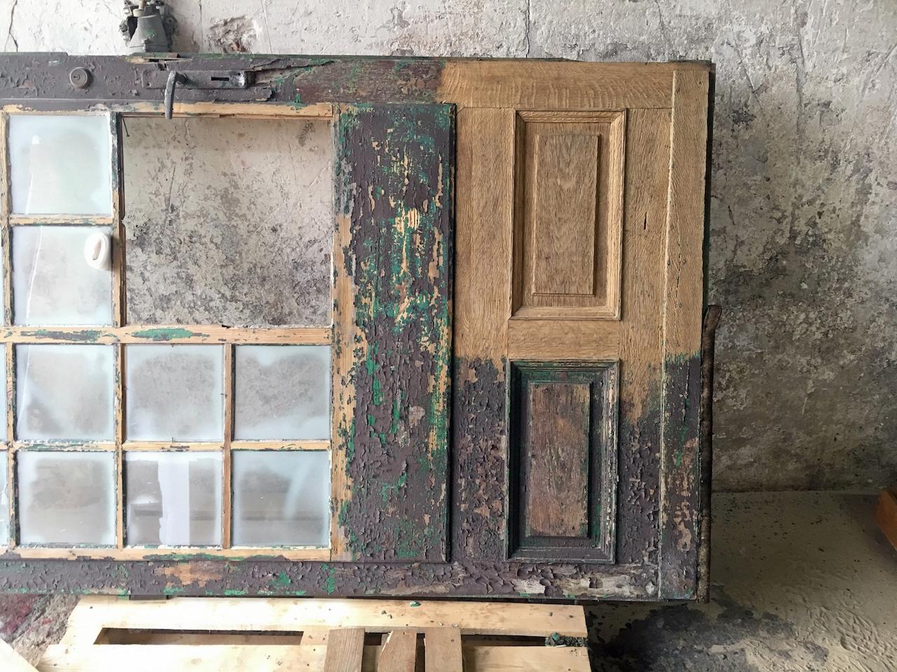 Czyszczenie starych drzwi